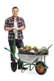 Mężczyzna pozuje z ogrodnictwa wyposażeniem Obraz Stock