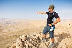 Mężczyzna pozyci pustyni falezy halna krawędź Obrazy Royalty Free