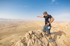 Mężczyzna pozyci pustyni falezy halna krawędź Zdjęcia Stock