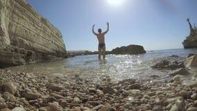 Mężczyzna pozycja blisko shipwreck w Cypr zbiory wideo