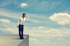 Mężczyzna pozycja na krawędzi i patrzeć w dół Fotografia Royalty Free