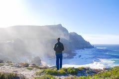 Mężczyzna pozycja na plaży przy przylądka punktem w poradzie południowy Afryka zdjęcia royalty free