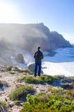 Mężczyzna pozycja na plaży przy przylądka punktem w poradzie południowy Afryka zdjęcie royalty free
