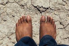 Mężczyzna pozycja na suchej krakingowej ziemi Obrazy Stock