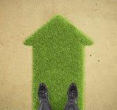 Mężczyzna pozycja na trawy strzała Obrazy Stock