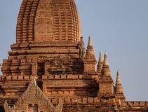 Mężczyzna pozycja na wierzchołku Guni świątynia w Bagan, Myanmar Fotografia Stock