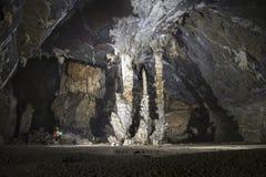 Mężczyzna pozycja obok grupy sopleniec jama 3 Obraz Stock