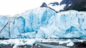 Mężczyzna pozycja pod masywną lodowa ocielenia twarzą Zdjęcie Royalty Free