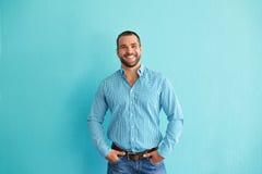 Mężczyzna pozycja przed ścianą zdjęcie stock