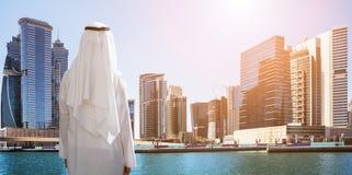 Mężczyzna pozycja Przed Dubaj biznesu zatoką fotografia stock