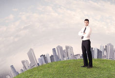 Mężczyzna pozycja przed miasto krajobrazem Fotografia Stock