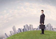 Mężczyzna pozycja przed miasto krajobrazem Fotografia Royalty Free