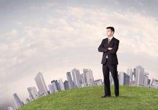 Mężczyzna pozycja przed miasto krajobrazem Obraz Royalty Free