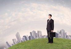 Mężczyzna pozycja przed miasto krajobrazem Obraz Stock