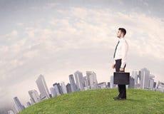 Mężczyzna pozycja przed miasto krajobrazem Obrazy Stock