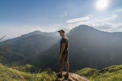 Mężczyzna pozycja przy krawędzią Mały Adam szczyt Fotografia Stock