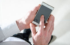 Mężczyzna pozycja używać smartphone fotografia royalty free