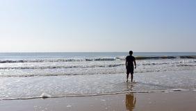 Mężczyzna pozycja w morzu z fala Obrazy Stock