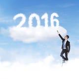 Mężczyzna próba brać liczby 2016 na niebie Obrazy Stock