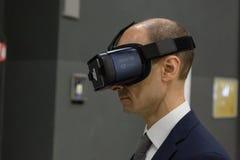 Mężczyzna próbuje rzeczywistości wirtualnej słuchawki przy technologii centrum Obrazy Stock