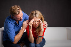 Mężczyzna próbuje uspokajać jego dziewczyna puszek Zdjęcie Royalty Free