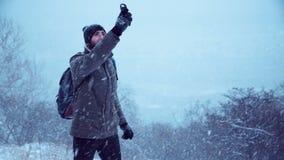 Mężczyzna próbuje znajdować GPS sygnał zbiory wideo