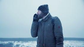 Mężczyzna próbuje znajdować GPS sygnał zbiory