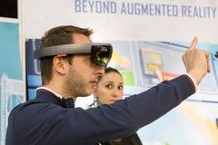 Mężczyzna próbuje zwiększającą rzeczywistość przy technologii centrum Zdjęcie Stock