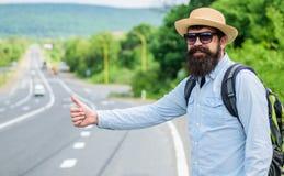 Mężczyzna próby przerwy samochodowy kciuk up Podnosi ja up Hitchhiking jeden tani sposobów podróżować Podnosić up autostopowiczów fotografia royalty free