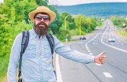 Mężczyzna próby przerwy samochodowy kciuk up Podróż autostop Hitchhiking jeden tani sposobów podróżować Autostopowicze mogą spoty fotografia stock
