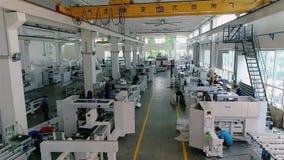 Mężczyzna praca w wielkiej fabryce Przemysłowy wnętrze wśrodku wielkiej Chińskiej fabryki Nowożytny roślina widok z lotu ptaka zdjęcie wideo
