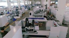 Mężczyzna praca w wielkiej fabryce Przemysłowy wnętrze wśrodku wielkiej Chińskiej fabryki Nowożytny roślina widok z lotu ptaka zbiory wideo
