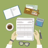 Mężczyzna  pracować z dokumentami Mężczyzna ` s ręki trzymają konta, lista płac, podatek forma Praca biznes, pieniężny proces Zdjęcia Royalty Free