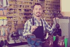 Mężczyzna pracownik demonstruje jego narzędzia dla robić kluczowi Zdjęcia Stock