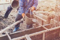 Mężczyzna pracownik miesza cementowego moździerzowego tynk dla budowy z vi Zdjęcia Royalty Free