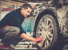 Mężczyzna pracownik na samochodowym obmyciu Obrazy Royalty Free