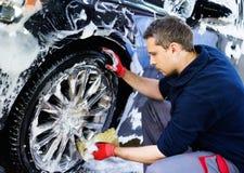 Mężczyzna pracownik na samochodowym obmyciu Obraz Royalty Free