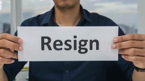 Mężczyzna pracownika chwyta papier rezygnuje od firmy w biurze zdjęcie royalty free
