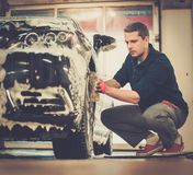 Mężczyzna pracownika płuczkowy samochód obrazy royalty free