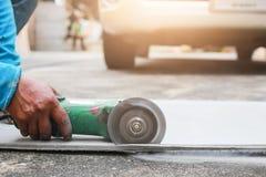Mężczyzna pracownika tnący metal z ręczną kurendą zobaczył w worksh obraz royalty free