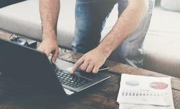 Mężczyzna pracuje laptop na kanapie w domu Obraz Stock