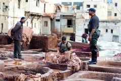 Mężczyzna pracuje mocno w garbarni souk w fezie, Maroko Obraz Royalty Free