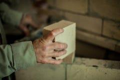 Mężczyzna pracuje na ściana z cegieł obraz royalty free