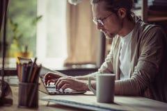 Mężczyzna pracuje na freelance keyboarding na laptopie Zdjęcie Stock
