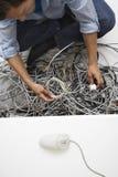 Mężczyzna Pracuje Na Kołtuniastych Komputerowych drutach Zdjęcie Royalty Free