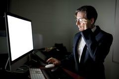 Mężczyzna pracuje na komputerze w zmroku Obrazy Stock
