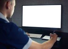 Mężczyzna pracuje na komputerze z pustym ekranem fotografia stock