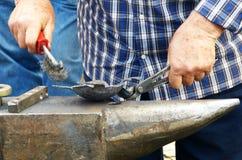 Mężczyzna pracuje na kowadle obrazy stock