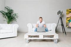 Mężczyzna pracuje na laptopie Obraz Royalty Free