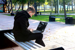 Mężczyzna Pracuje na laptopie przy parkiem Obraz Royalty Free